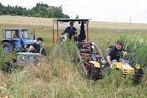 Trasa závodu letošní traktoriády zavedla účastníky i do bažiny.