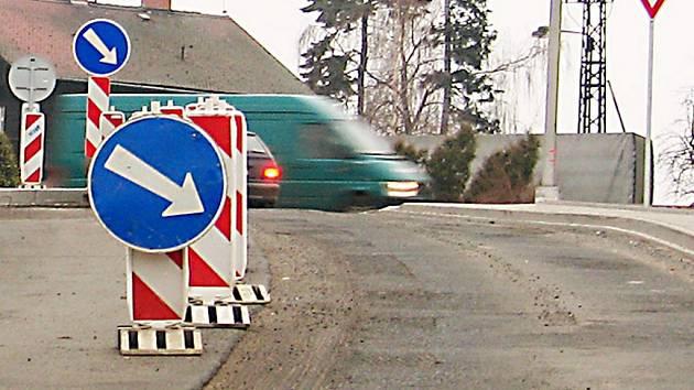 Odfrézovaná část silnice trápí několik týdnů řidiče.