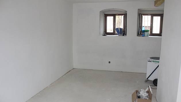 Vnitřní prostory úřadu před a po položení nové dlažby.