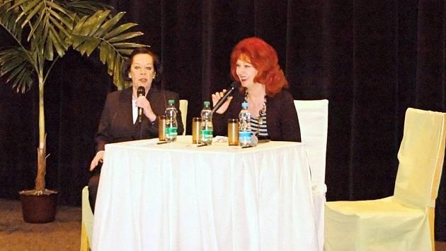 DVĚ STÁLICE ČESKÉ ZÁBAVY Yvonne Přenosilová a Saskia Burešová (zleva) při pondělním představení v tachovském kině Mže.