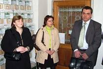 Sáčky do vysavačů, které si prohlédly i tyto návštěvnice stříbrské prodejny, vyrábějí zdravotně postižení občané