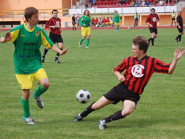 Stříbrský Martin Dyk (vlevo) se snaží obejít staňkovského Ladislava Regála v sobotním utkání fotbalové baráže o krajský přebor.