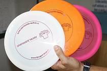 Diskový golf se hraje s těmito disky. Půjčit si je můžete například v pokladně bazénu, případně můžete hrát svými.