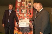 PŘÍSPĚVEK NA OPRAVU. Členové schwandorfského Rotary Clubu (vlevo prezident Thomas Hanauer) při předání šeku na 12 tisíc eur, který za Víteček převzal Tomáš Rusnák (vpravo).