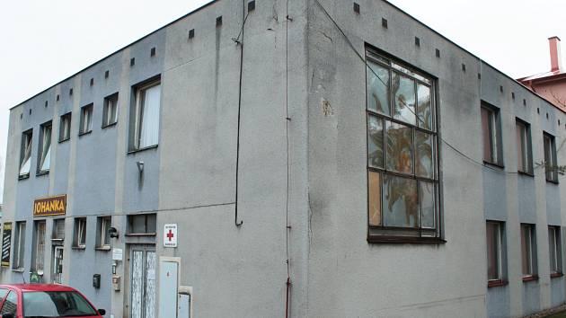 Budovu, kde sídlí také oblastní spolek Českého červeného kříže v Tachově v Bělojarské ulici, čeká letos demolice. Místo ní vyroste dům s chráněnými byty, kde pak nade Červený kříž zázemí pro veškerou svojí činnost.