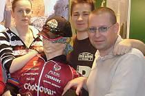 Rodinný pivovar z Chodové Plané kromě toho, že vyrábí tzv. chodské pivo, také podporuje různé regionální aktivity. Pravidelně se například prezentuje na veletrhu cestovního ruchu Regiontour v Brně, odkud je náš snímek. Vpravo vrchní sládek Jiří Plevka.