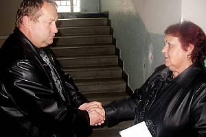 Když před třemi roky ředitelka plánského dětské domova Jitka Tvarogová přijímala od tachovského policejního ředitele  Jaromíra Knížeho (oba na snímku) gratulaci k převzetí objektu,  už tehdy zřejmě tušila, jaké těžkosti ji čekají.