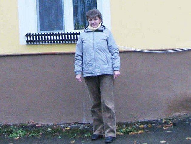 SLÁVKA KASALOVÁ stojí před svým domem v místě, kudy má vést kanalizace.