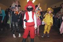 V Kladrubech si maškarního plesu užívalo přes osmdesát dětí.