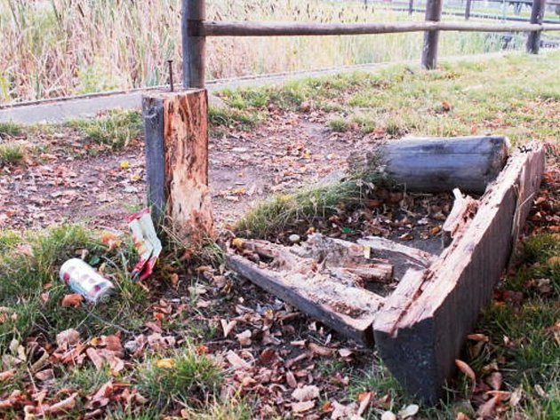 PONIČENÁ LAVIČKA je v současné době odvezena  a poškozené zábradlí u rybníka zůstává. Celkové obnovy by se měl rybník Kohouťák dočkat v příštím roce.