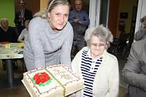 Stoletá oslavenkyně Márie Zemenová dostala mimo další dárky i krásný dort. Vnuk jí koupil kytici uvázanou ze sta růží.