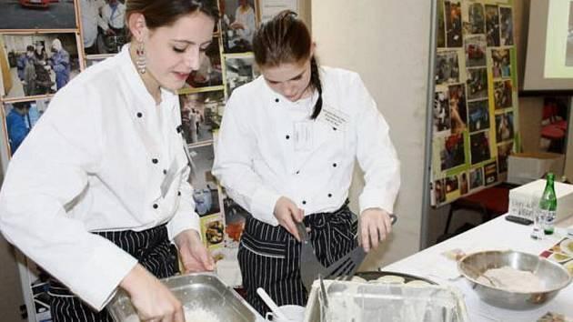 STŘEDNÍ ŠKOLY předváděly na včerejší akci v areálu Mže svoje obory i názorně. Na snímku studentky gastronomického oboru Střední školy Bor při přípravě lívanců.