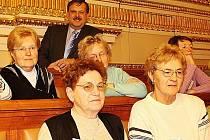 Zdravotně postižení lidé z Tachovska navštívili na pozvání Václava Votavy Sněmovnu.
