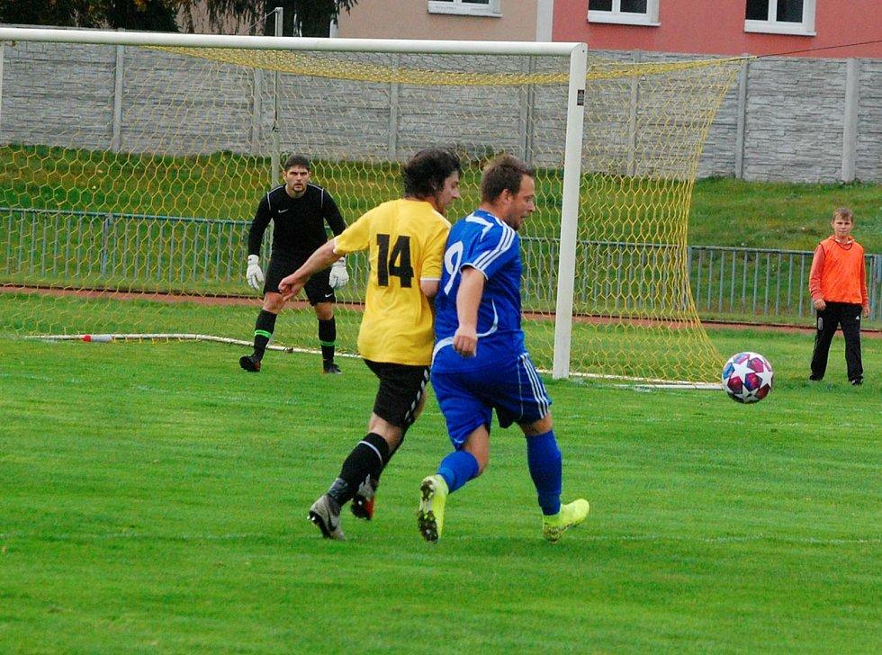 Fotbalisté Tachova (v modrém) v podzimním utkání proti Spartě Dlouhý Újezd (ve žlutém).