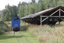 Úzkokolejná lokálka v Trpístech vypadala podobně jako tato muzejní dráha Kateřina v Novém Drahově u Františkových Lázní, která se dochovala dodnes a vozí zájemce kolem přírodní rezervace SOOS na Chebsku.
