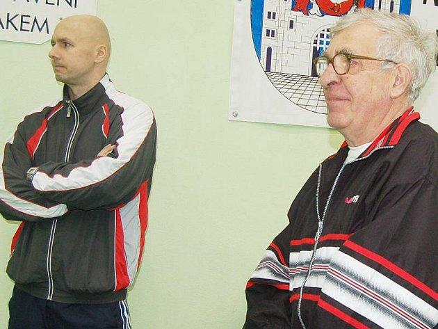 JOSEF VACÍK (vpravo) s Pavlem Gallerachem sledují sobotní výkony svých svěřenkyň.