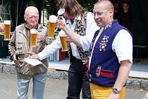Jiří Plevka, moderátor Radek Nakládal a prezident pivovaru Jiří Plevka starší (zprava) při zahájení loňského ročníku závodu v koulení pivních sudů.