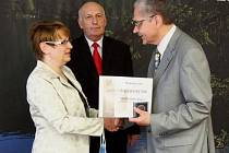 PETR KUBA (vpravo), lékař Nemocnice následné péče Svatá Anna, převzal ocenění nejen z rukou hejtmana Václava Šlajse, ale také od krajské radní pro zdravotnictví Mileny Stárkové.