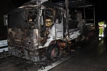 Řidič marně bojoval s ohněm, kamion shořel na dálnici