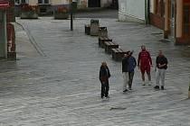 Policie hledá možné svědky napadení, mohou jimi být i muži na snímku.
