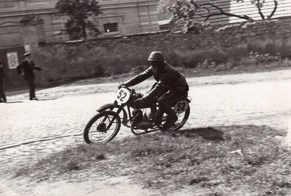 Miloslav Souček v roce 1952 na trati silničního závodu v Nepomuku. Foto: archiv Miloslava Součka.