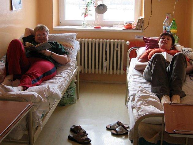 Péči svatoanenské nemocnice využívají také (zleva) Marie Šubrtová a Martina Matoušková. S problémy se nesetkaly.