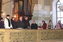 Pěvecký soubor Resonance při katedrále svatého Bartoloměje za spoluúčasti orchestru Plzeňský soubor zpívá Českou mši vánoční.