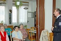Tachovští policisté s důchodci besedují často. Radí jim, jak se vyhnout nepříjemným dopadům nezvaných návštěv.