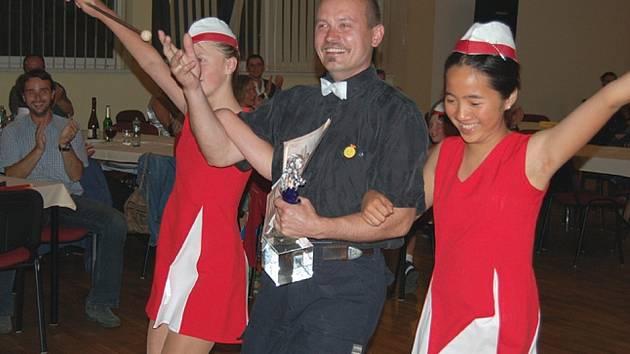 Evidentně šťastný Hugo Habrman si hlavní cenu odnesl z pódia v doprovodu mažoretek.