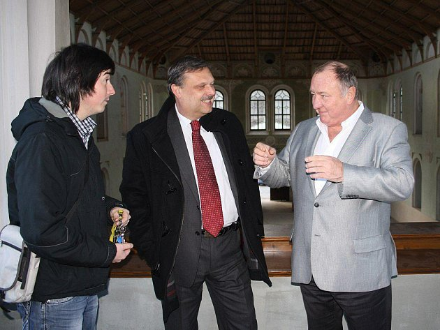 Vítězslav Jandák si jízdárnu prohlédl v doprovodu Václava Votavy a průvodce Pavla Voltra (zprava).
