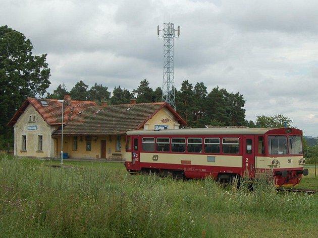 Počet vlakových spojů mezi Bezdružicemi a Pňovany zůstane podle nového jízdního řádu zachován. Na ilustračním snímku bezdružická lokálka ve stanici Blahousty.