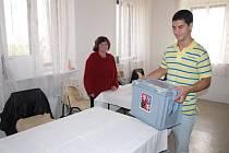 Úderem 14. hodiny se volební místnosti uazvřely. Pak už se začalo sčítat. Snímem je pořízen v Oboře.