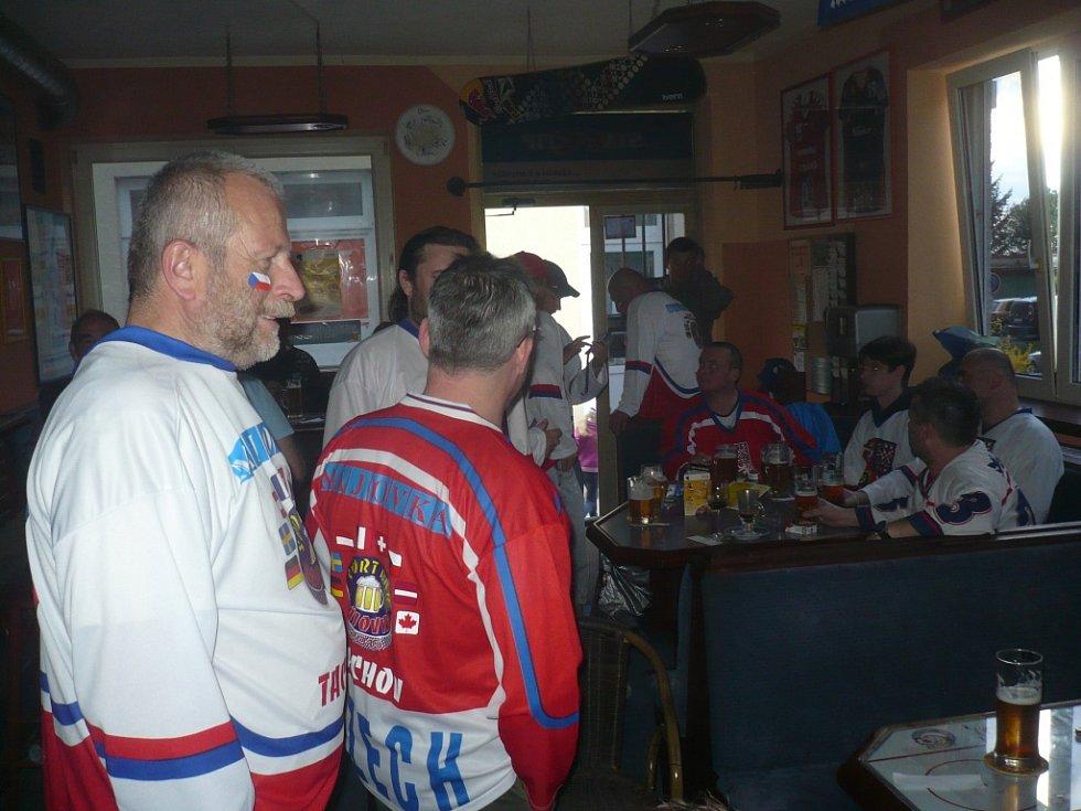 ŠTAMGASTI jedné tachovské sportovní hospody se na hokejový šampionát dobře připravili a vybavili se dresy, vlajkami. V hledišti chtějí být slyšet a hnát český tým za úspěchem.