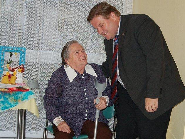 Zdeněk Škromach poděkoval Vlastě Broncové za přivítání básní, kterou obyvatelka domova složila.