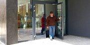 TĚMITO DVEŘMI NOVÉ SMUTEČNÍ SÍNĚ měli první návštěvníci možnost projít ve čtvrtek odpoledne, kdy se poprvé veřejnosti představila