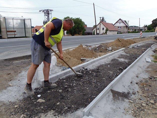 Ani ve velikém vedru se práce na stavbě chodníků nezastavují.