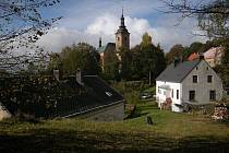 Ves Pístov s kostelem sv. Bartoloměje.