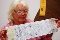 Hana Ulrichová s poutnickým dokladem s razítky z celé cesty.