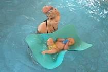ŠÁRKA ROTTOVÁ si plavání kojenců pochvaluje. Její syn Vítek je po něm podle jejích slov pohyblivější, lépe spí a má větší chuť k jídlu.