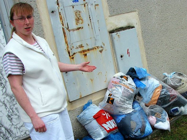 Několik mokrých pytlů s oděvy nalezla už počtvrté před vchodem Českého červeného kříže v Tachově Miloslava Szabóová.
