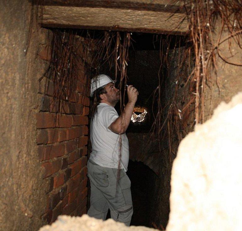 Bagrista odkryl chodbu v podzemí nádvoří zámku