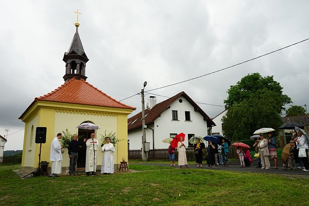 V Potíně došlo na otevřen a vysvěcení opravené kapličky Panny Marie.
