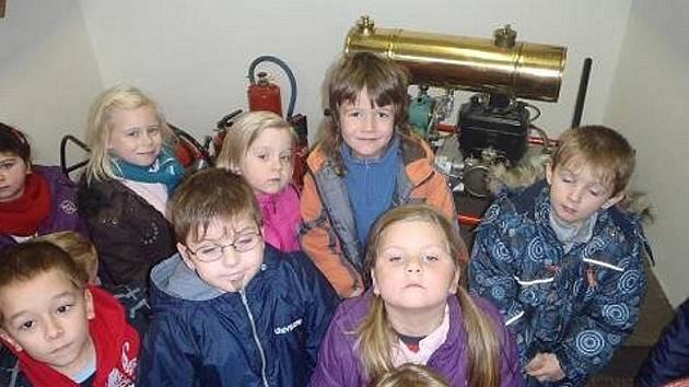 Děti z Mateřské školy v Halži navštívily dobrovolné hasiče.