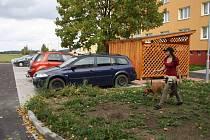 NOVÉ PARKOVIŠTĚ slouží už několik týdnů obyvatelům borského sídliště. Kromě míst pro stání osobních aut jsou zde nové lavičky, přístřešky pro popelnice i veřejné osvětlení.