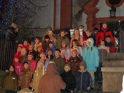 Borské náměstí se rozhalasilo zpěvem vánočních koled v podání dětí z tachovské základní umělecké školy.