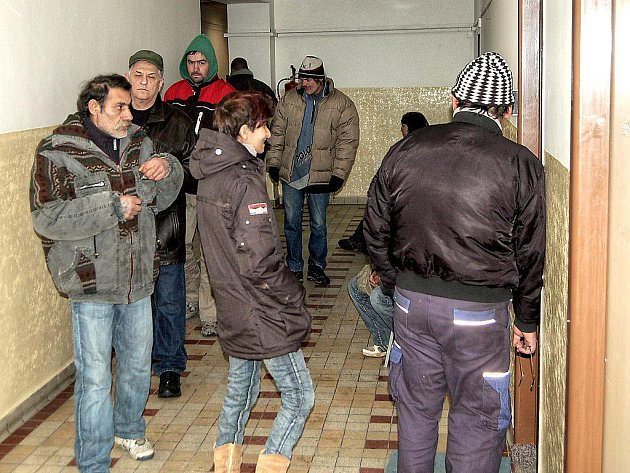 V ÚTERÝ SE NA ÚŘADU PRÁCE v Tachově předávaly složenky na dávky pomoci v hmotné nouzi.  Na chodbě i u okénka, kde asistovali strážníci, byl klid. Chvílemi se tvořily fronty.