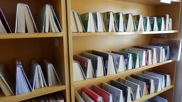Takto jsou v karanténě knihy ve stříbrské knihovně.