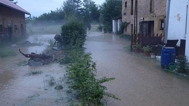 Bezemín připomínal během středečních bleskových záplav spíše vodní nádrž.