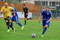 Fotbalisté Tachova (v modrém).