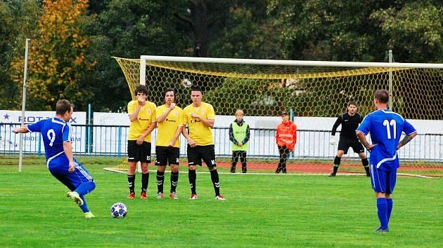 V okresním derby o post lídra nejnižší oblastní fotbalové soutěže porazili hráči FK tachov (v modrém) soupeře ze Sparty Dlouhý Újezd (ve žlutém) vysoko 7:1.